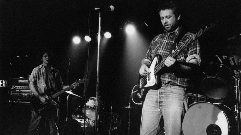 Eddie Vedder and Mike Watt in 1995 (Photo credit: Ebet Roberts/Getty)