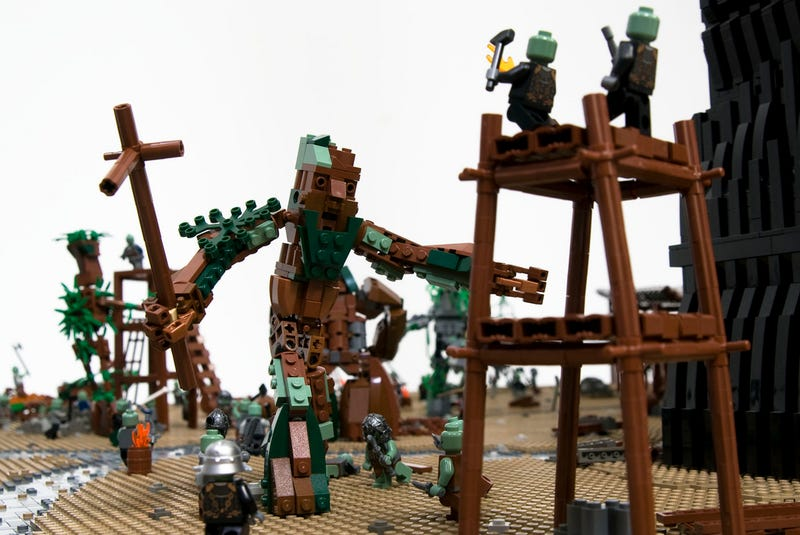 Illustration for article titled The Battle of Isengard from Lord of the Rings, depicted in 22,000 LEGO bricks