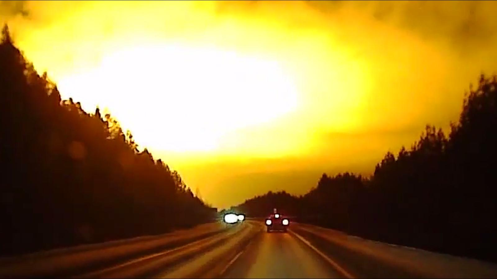 Graban una enorme explosión en el cielo en Rusia