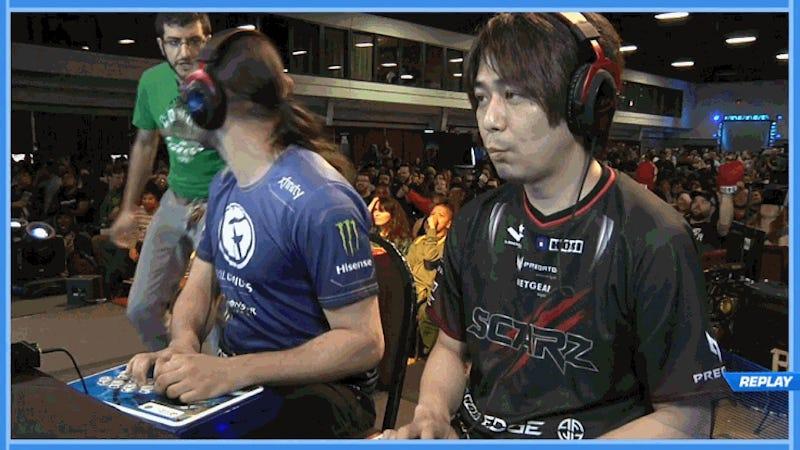 Illustration for article titled Spectator Crashes Key Street Fighter V Tournament Match