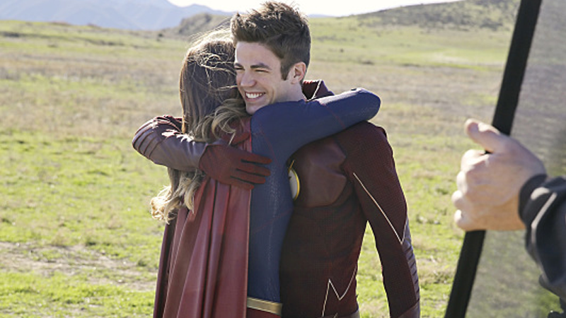 Illustration for article titled First Pictures From the Flash/Supergirl Crossover Are Here to Melt Your Heart