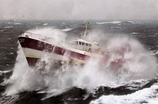 Illustration for article titled Terrifying Photos of Ships Battling the Elements