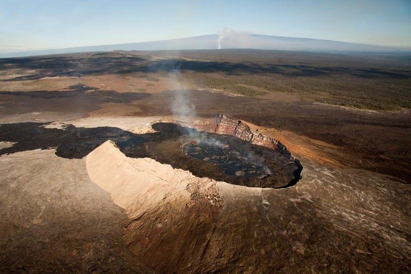 Salta la barandilla de seguridad del temible volcán Kilauea para tener una vista privilegiada. Cae al interior del cráter