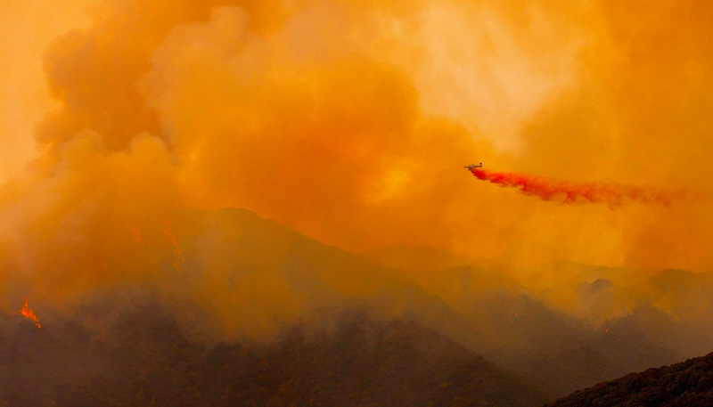 Battling the Old Fire in Calabasas, California. (Image: @LASHDQ)