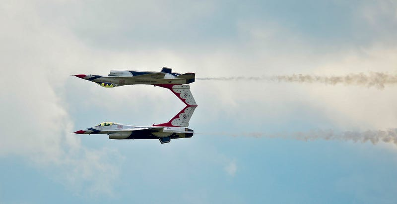 Illustration for article titled Not Photoshopped -- These Two Planes Really Are Flying Like This