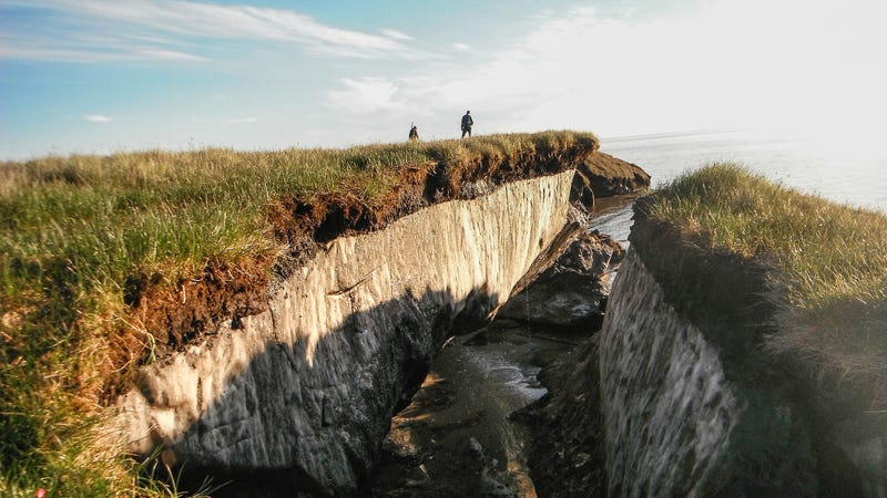 Coastal erosion reveals thawing permafrost in the  Teshekpuk Lake Special Area of the National Petroleum Reserve, Alaska. Image: USGS/Flickr