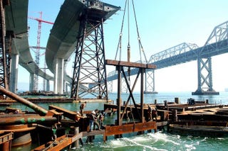 Illustration for article titled An Up-Close Look at the Monumental Task of Building a Bridge