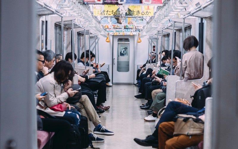 Algunos investigadores dicen que trabajar en el tren debería ser parte de la jornada laboral.