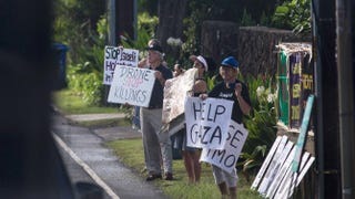 Protesters outside of Kailuana Place as President Barack Obama's motorcade returns to his vacation compound from the Marine Corps Base, Dec. 28, 2013, Kailua, HawaiiKent Nishimura-Pool/Getty Images