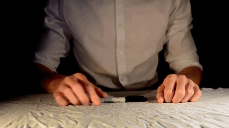 Tres sorprendentes trucos de magia que puedes hacer solo con un bolígrafo (y mucha práctica)