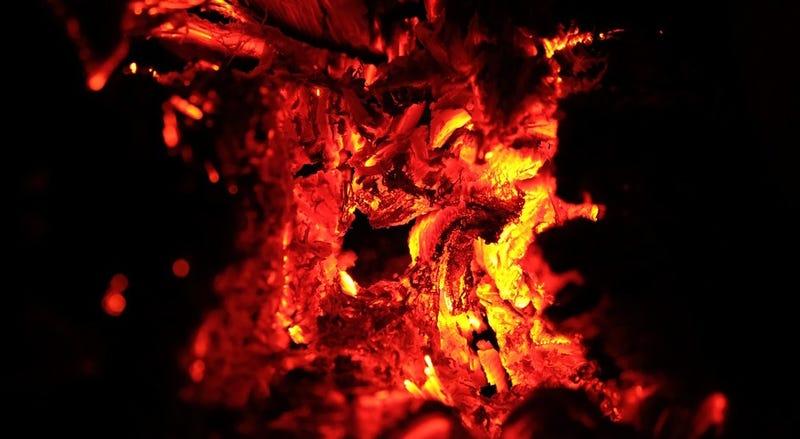 Illustration for article titled Un agujero en la tierra ha comenzado a escupir fuego sin razón aparente en un pueblo de Arkansas