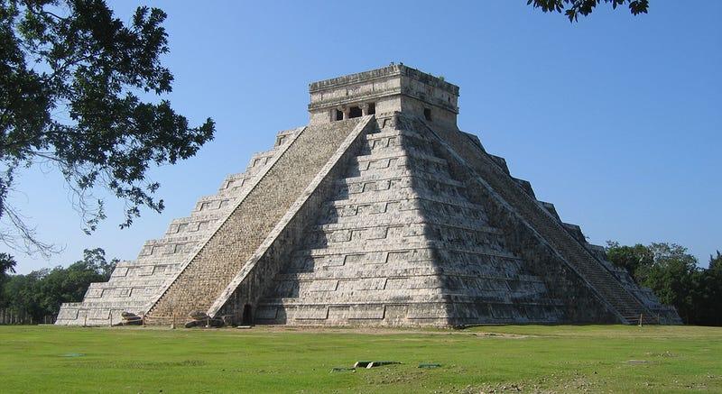Escáneres confirman que hay dos enormes pirámides ocultas bajo el templo de Kukulkán en México