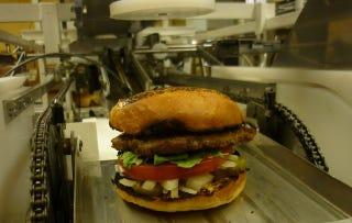 "Illustration for article titled Este robot ""fabrica"" seis hamburguesas por minuto"