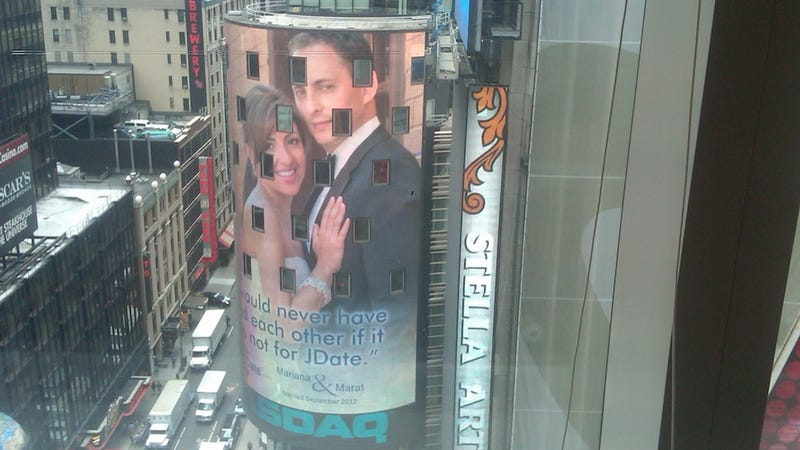 Illustration for article titled NBA Ref Finds Love On JDate, Has Times Square Billboard To Prove It