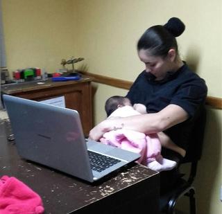 La policía Mónica Quijón amamantando a la bebé en comisaría. Foto @JefPolicia
