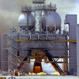 Illustration for article titled Así se probaron los motores de los cohetes más potentes que ha habido