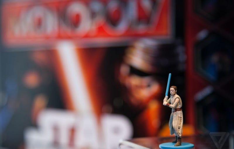 Illustration for article titled El Monopoly de Star Wars sigue sin tener la figura de Rey porque Hasbro cree que no es suficientemente interesante