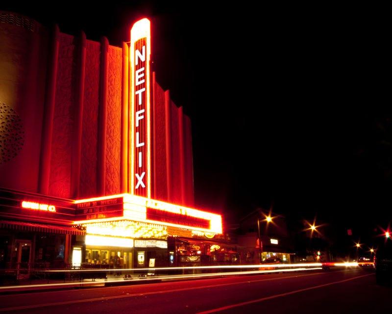 Illustration for article titled Netflix tiene una idea genial para solucionar el conflicto con las salas: comprar cines enteros