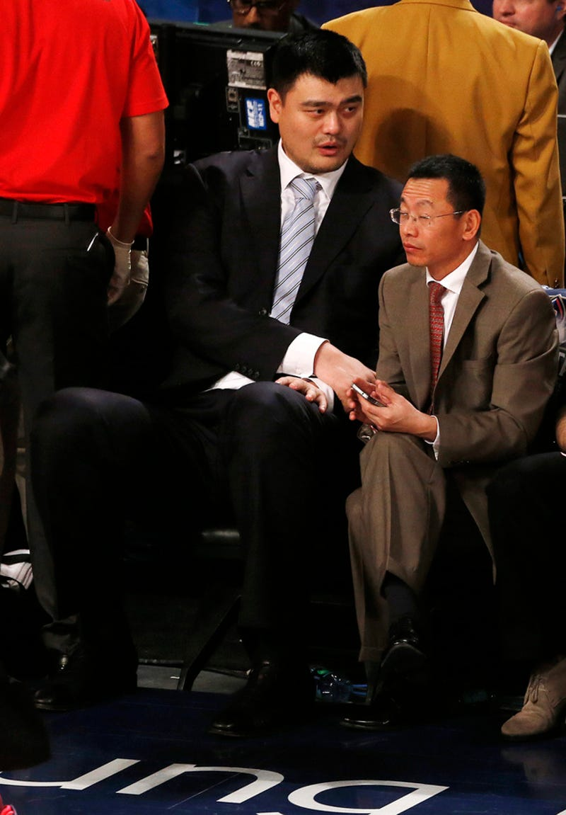 Illustration for article titled Yao Ming Next To An Average Person Is Amazing, As Usual