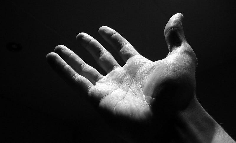 """Illustration for article titled """"Doctor, no puedo controlar las acciones de mi mano"""": el insólito síndrome de la mano alienígena"""