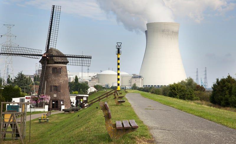 La central nuclear de Doel, cerca de Amberes. Foto: Rob van Esch / Shutterstock
