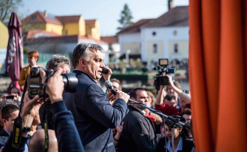 Illustration for article titled Kurvától kapott lapostetűt idézett fel Orbán Viktor a tapolcai beszédben