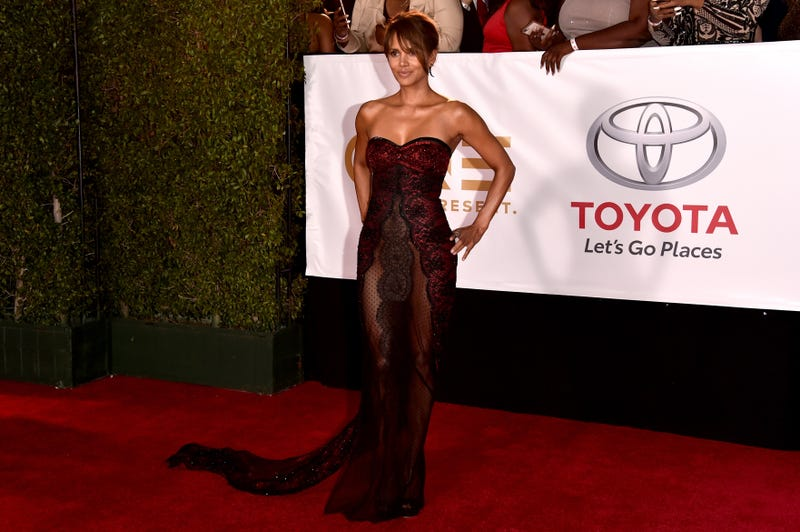 Halle Berry stuns in lace the 49th annual NAACP Image Awards  on Jan. 15, 2018. (Alberto E. Rodriguez/Getty Images for NAACP)