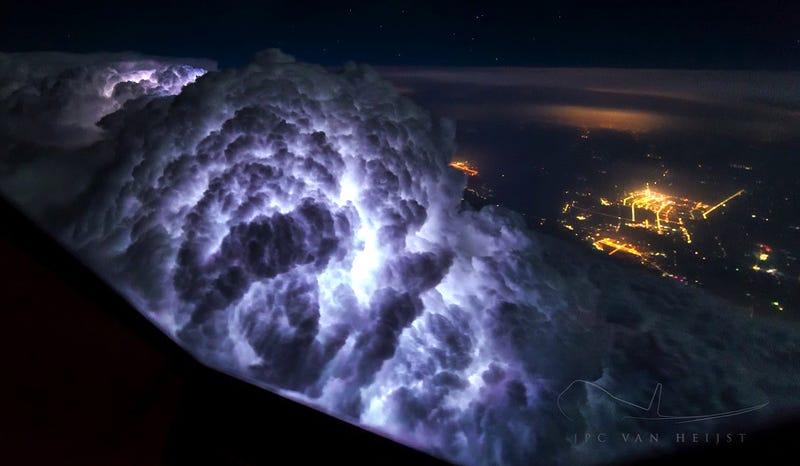 Illustration for article titled El aterrador aspecto de una tormenta si pasas volando justo sobre ella