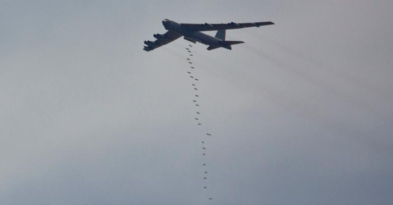 Illustration for article titled Imágenes del B-52 en pleno ejercicio de bombardeo de saturación