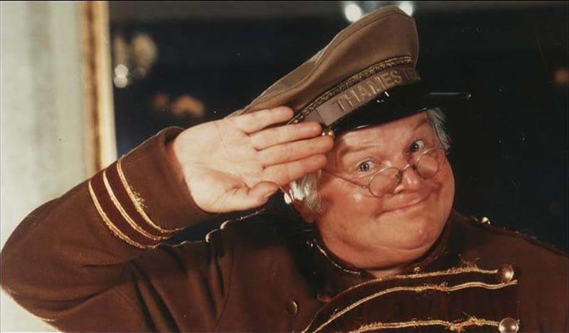 Benny Hill, disfrazado de uno de sus personajes más populares.