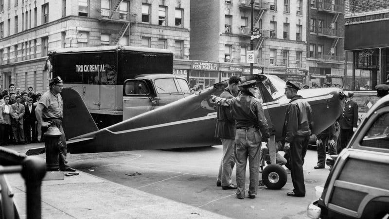 La avioneta del primer vuelo de Fitzpatrick con las alas desacopladas para su transporte. Imagen: John Muravcki/The New York Times (1956)