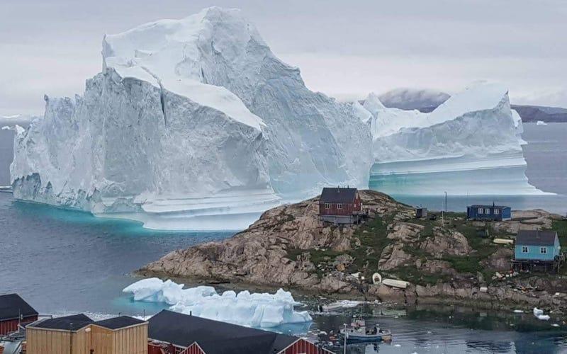 Illustration for article titled Este monstruoso Iceberg de 100 metros de altura está peligrosamente cerca de una aldea de Groenlandia