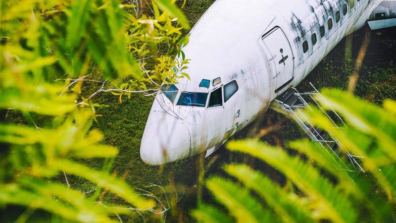 El caso del avión abandonado en Bali se complica: hay un segundo Boeing en el campo y tampoco se sabe cómo llegó allí