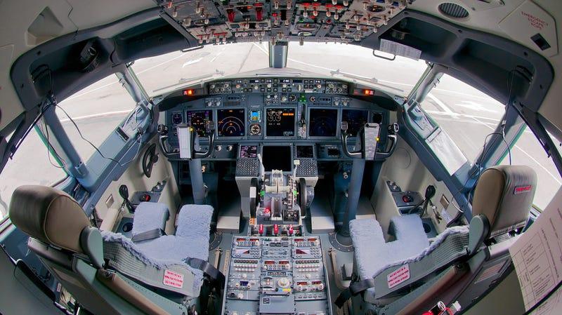 Illustration for article titled Usar el teléfono en un avión puede ser realmente peligroso si viajas en ciertos modelos de Boeing