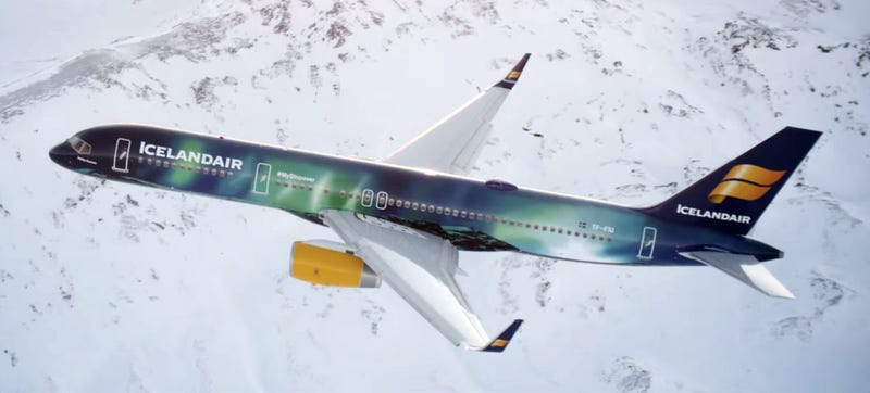 Illustration for article titled Airbrushing The Aurora Borealis On A Plane Is Mesmerizingly Beautiful