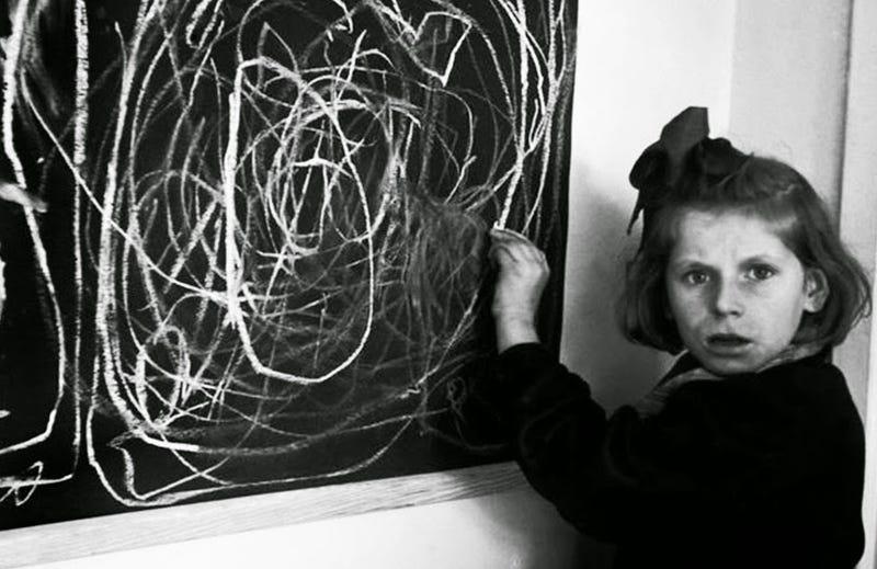Illustration for article titled A esta niña que vivió el horror durante años le dijeron que dibujara su hogar. Esta fue su respuesta