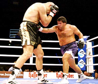 Illustration for article titled Holyfield Will Fight Valuev, And he Means It