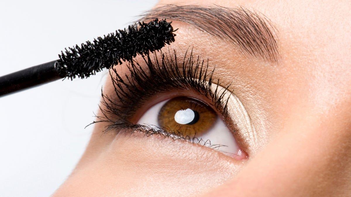 Image result for Esto te puede pasar si usas maquillaje vencido