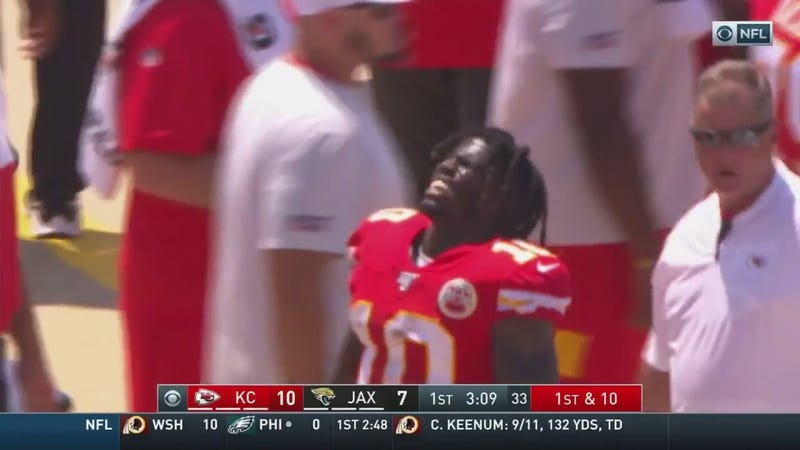 Illustration for article titled Chiefs WR Tyreek Hill Taken To Hospital After Shoulder Injury