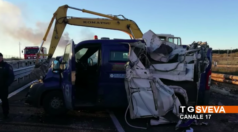 Illustration for article titled Highway Thieves in Italy Block Police With Burning Trucks, Peel Open Van With Backhoe, Get Away With $2.6 Million