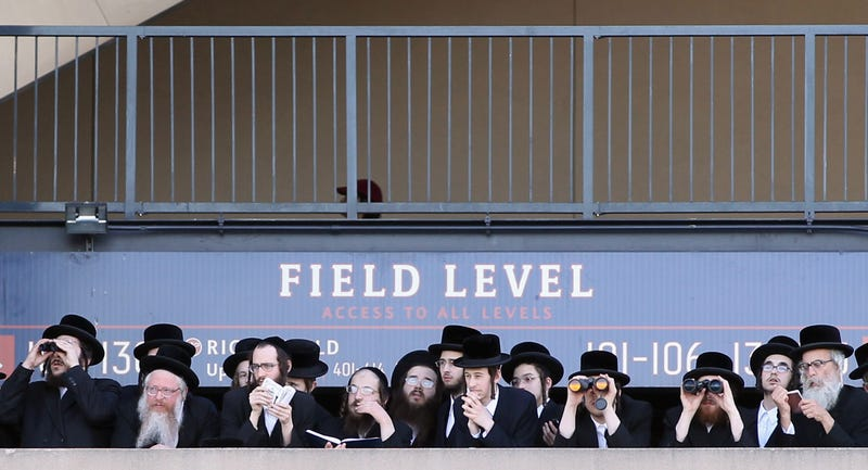 Illustration for article titled 40,000 Orthodox Jews Protest the Internet at NYC Baseball Stadium
