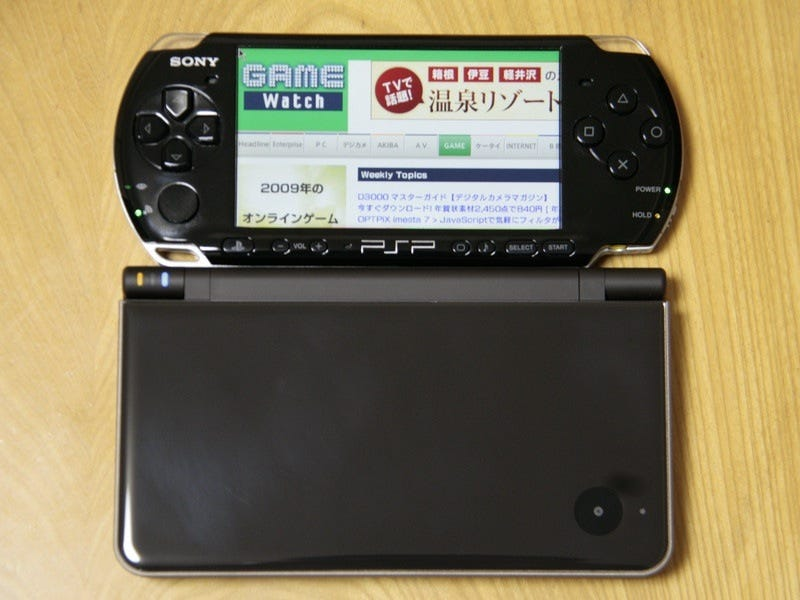 Illustration for article titled Let's Compare A DSi LL And a PSP-3000