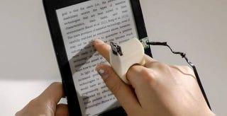 Illustration for article titled Este anillo del MIT permite a personas ciegas leer textos con el dedo