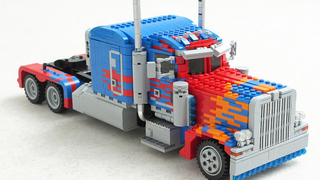 Illustration for article titled Custom LEGO Optimus Prime Is Huge And Fully Transformable