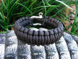 Illustration for article titled Survival Bracelet Made of Paracord For Emergency Rappeling Anytime, Anywhere