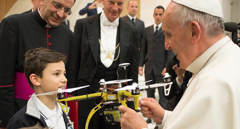 Papa-dron: Francisco I ya tiene su propio dron personalizado