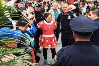 Illustration for article titled Egymásnak esettMinnie Mouse és Hello Kitty a Times Square-en