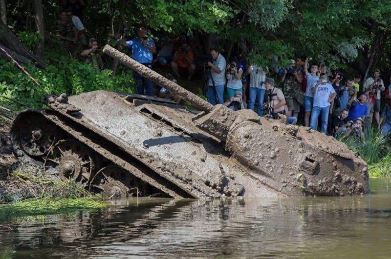 Tanque ruso intacto en el río Don. Getty