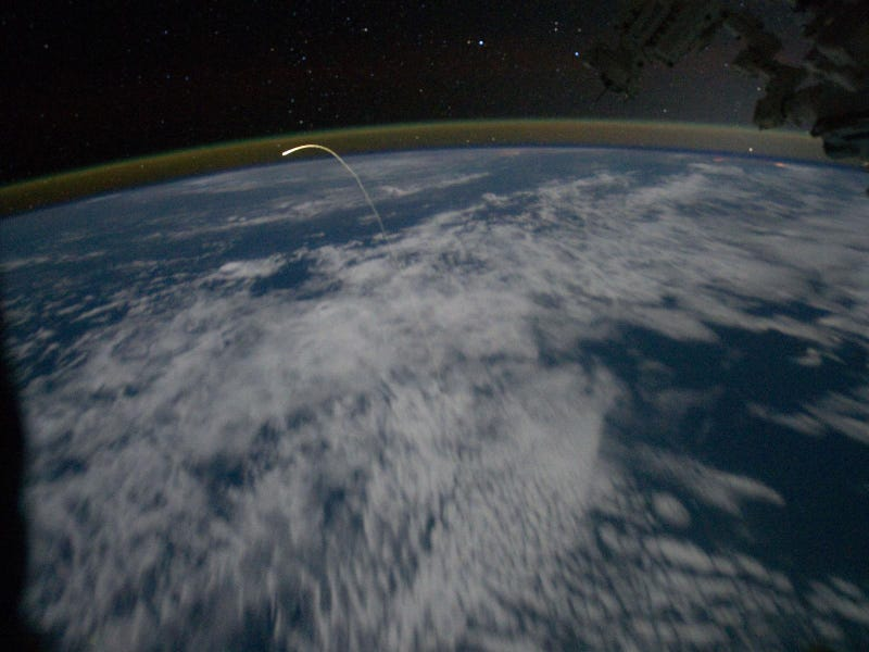 Illustration for article titled Spectacular photo of Shuttle's return taken from Space Station
