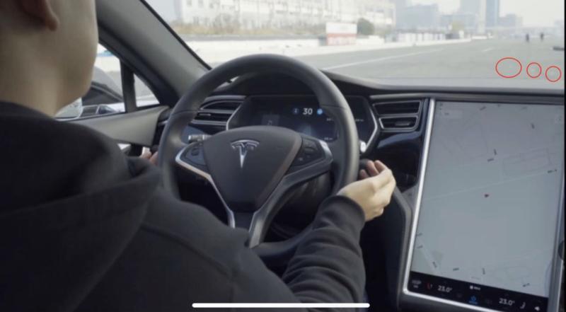 Illustration for article titled Logran que el autopilot de Tesla conduzca en dirección contraria añadiendo tres pegatinas en el asfalto